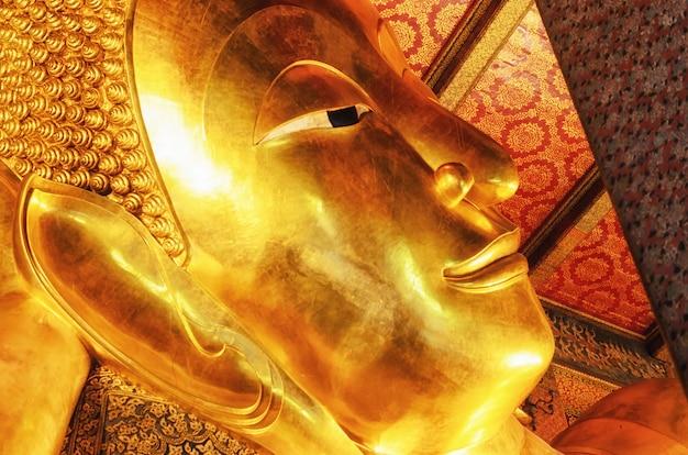 Лежащая золотая статуя будды. ват пхо, бангкок, таиланд.