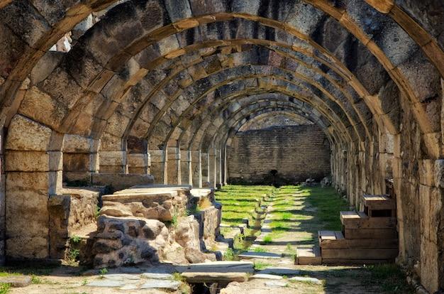 トルコ、イズミルのスミルナの古代都市のアゴラ