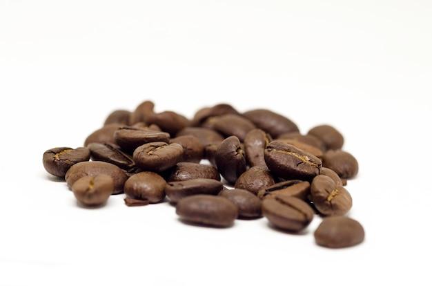 Изолированные семена кофе