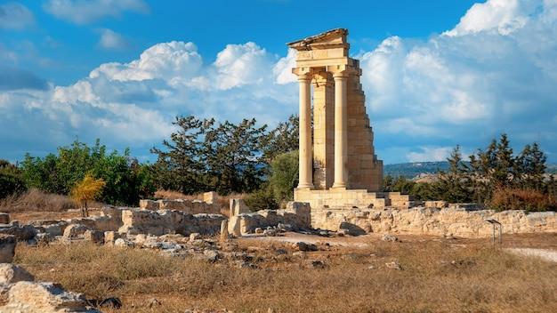Руины древнего святилища аполлона хилата и храм недалеко от лимассола, кипр.