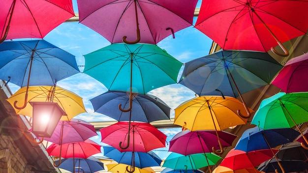 色とりどりの虹色鮮やかな傘が通りにぶら下がっています。