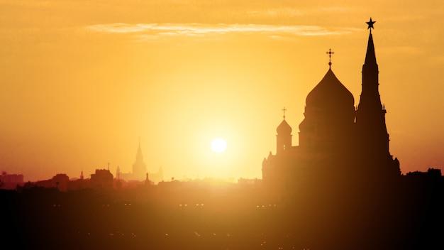 モスクワ、ロシアのモスクワクレムリンとモスクワ川の夕景。モスクワの建築とランドマーク、モスクワの街並み