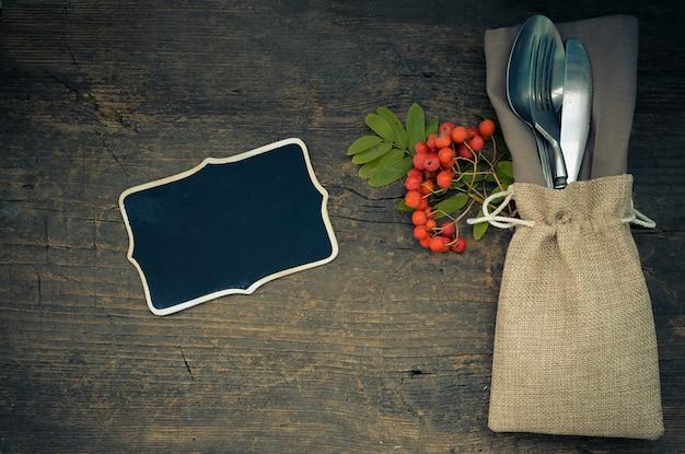カトラリーと感謝祭のテーブルの設定