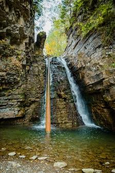 岩の美しい滝