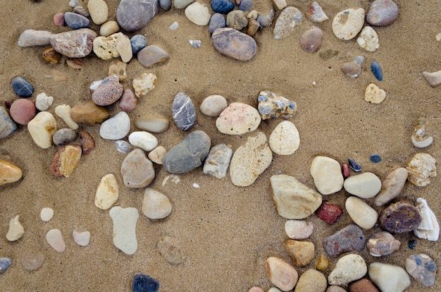 小石で美しい砂の背景