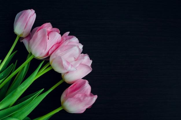 新鮮な春のピンクのチューリップの束
