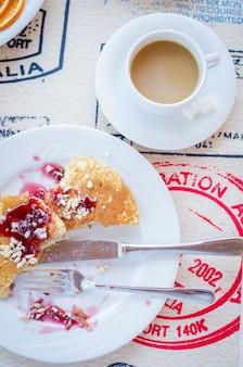 ラズベリージャム入りのパンケーキを含む朝食