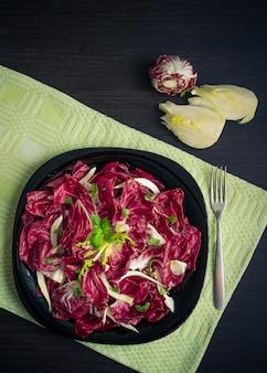 Овощной салат с эндивом и укропом