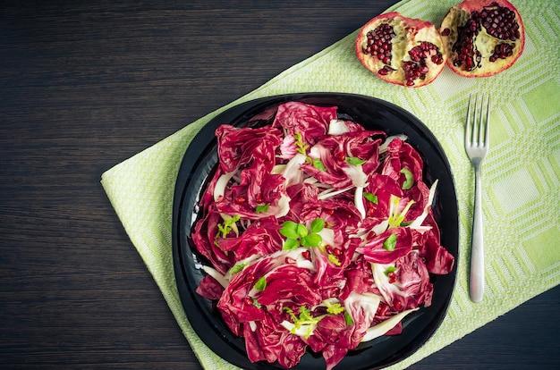 Легкий диетический салат с цикорием и гранатом