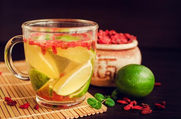 Свежий антиоксидантный травяной чай из ягод годжи