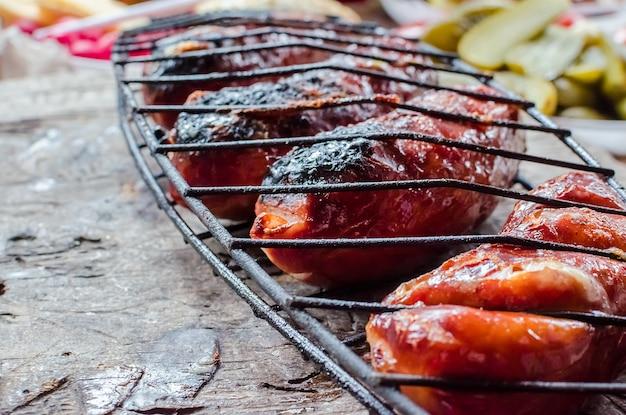 Колбаски гриль на деревянный стол