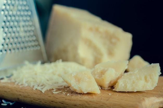すりおろしたパルメザンチーズのヒープ