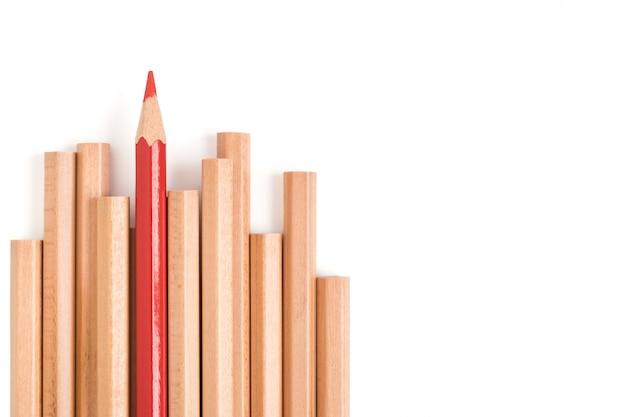 孤立した赤い色の鉛筆は他の茶色の鉛筆から目立つ