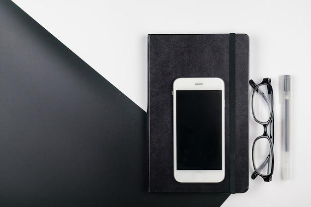 Минимальный рабочий стол с ноутбуком и мобильным телефоном