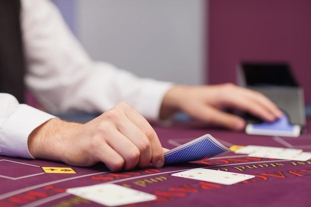 ディーラーがカジノでカードを配布する
