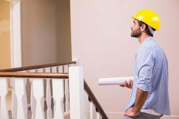 階段を上っているカジュアルな建築家