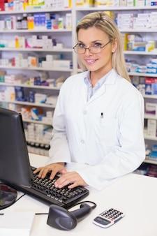 コンピュータを使用している薬剤師