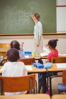 ボード上に数学を書く教師