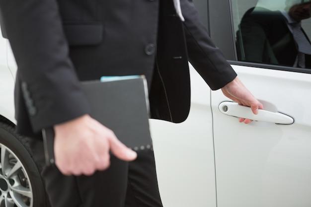 ビジネスマン、車、ドア、ハンドル