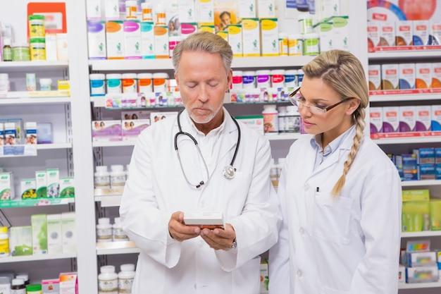 Фармацевт, говорящий со своим стажером о медицине