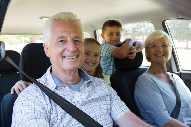 Бабушки и дедушки отправляются в путешествие с внуками