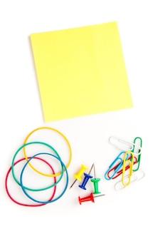 プッシュピンの弾性紙が粘着性のノートを持つ文房具