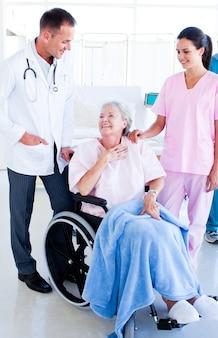 シニア女性の世話をする笑顔の医療チーム