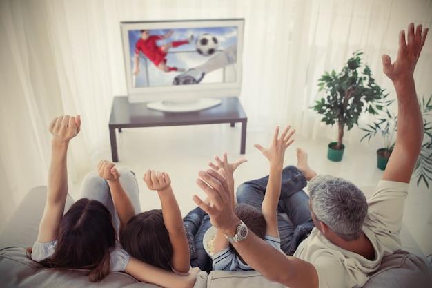 Семья приветствует и смотрит на чашку мира дома