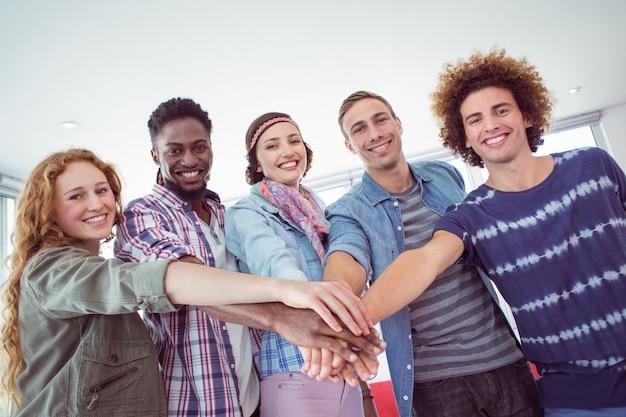 Студенты моды высоко стоят вместе
