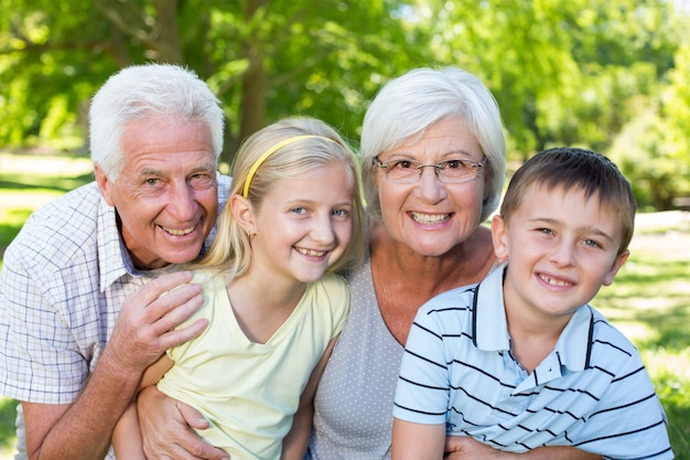 公園の祖父母や孫たち