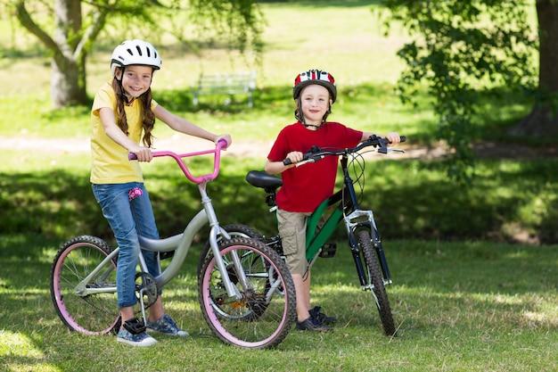 自転車で幸せな兄弟