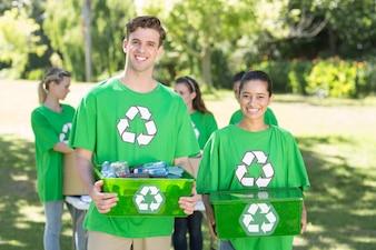 リサイクル可能な公園内の幸せな環境活動家