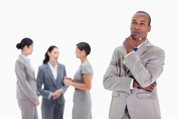 Вдумчивый бизнесмен, глядя вверх с коллегами