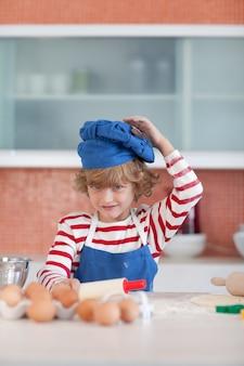 青い帽子を持つ陽性の少年