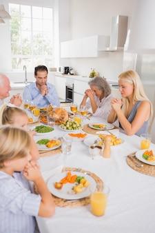 Семья молится перед едой