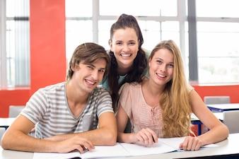 教室に座っている大学生
