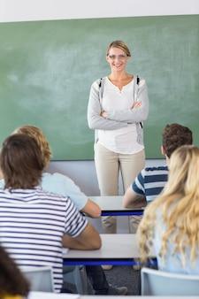 クラスの学生を教える教師
