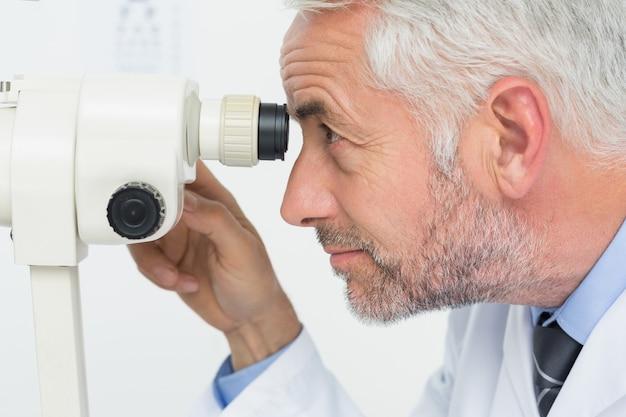 Вид сбоку крупного оптического лица