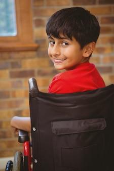 Мальчик сидит в инвалидном кресле в школе