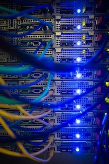 Интерьер сервера с проводами синий