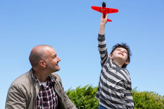 Мальчик играет с игрушечным самолетом