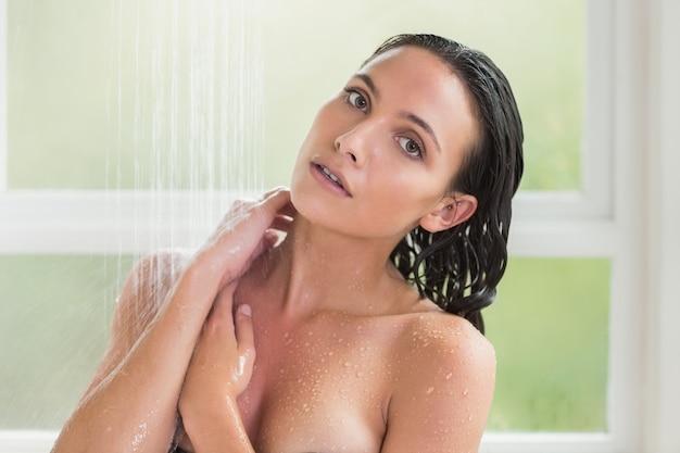 シャワーを浴びているかなりブルネット