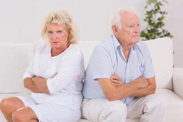 男性に怒っている高齢の女性