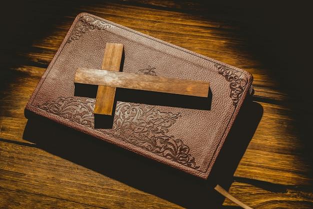 Значок распятия на библии