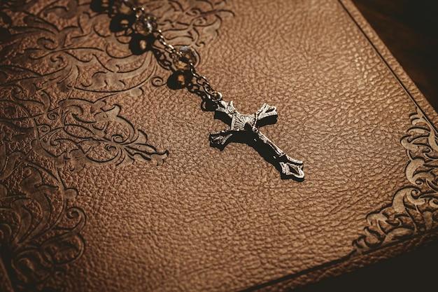 Бусины из розария с библией