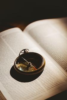 Компас на открытой библии