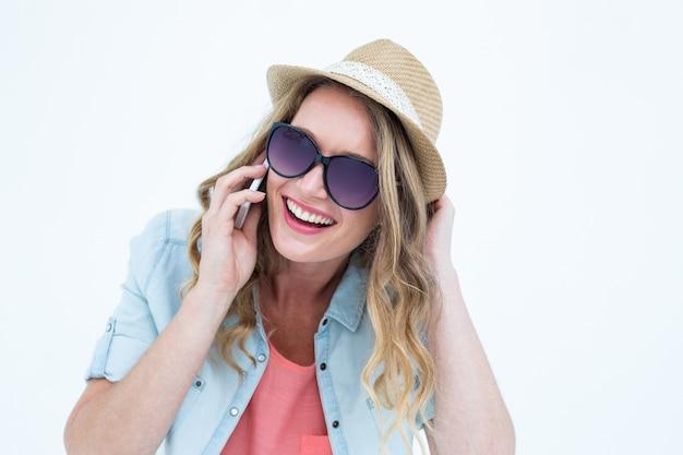 彼女のスマートフォンで電話をかける笑顔の女性