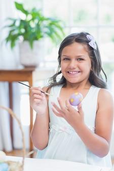 Симпатичные девушки рисования пасхальные яйца