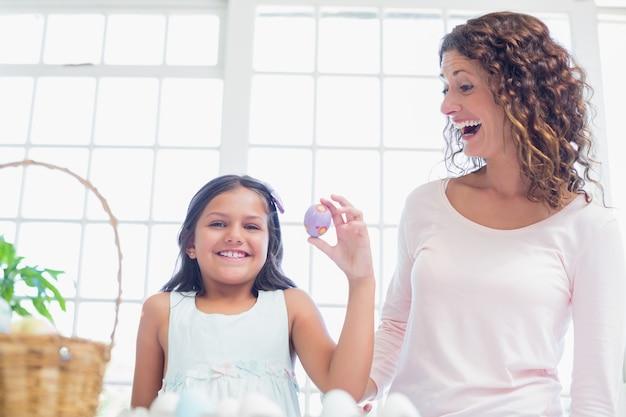 Счастливый девочка, проведение пасхальное яйцо