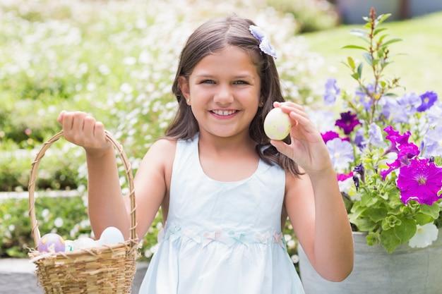 Счастливая девушка, собирающая пасхальные яйца